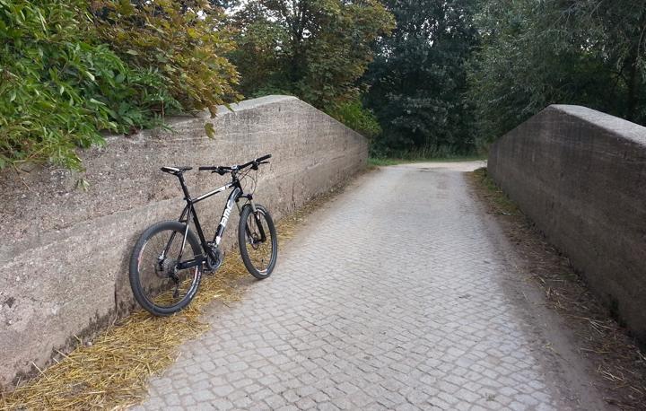 Mountainbike auf alter Steinbrücke