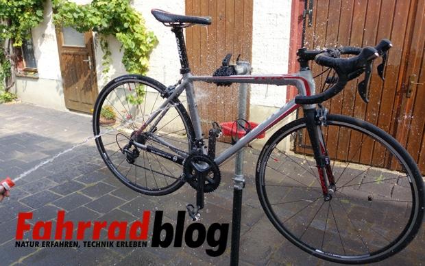Fahrrad mit Gartenschlauch abspritzen
