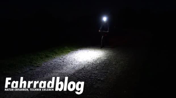 Sigma POWERLED EVO bei Nacht auf Schotter-, Radweg