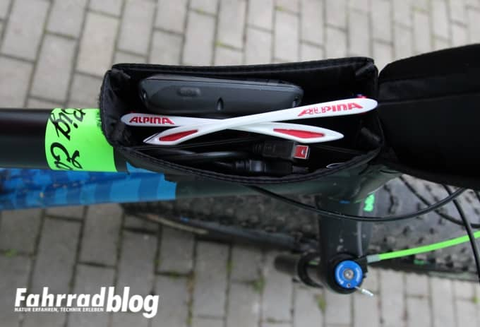 SKS Energy Tasche gefüllt mit Garmin, Ladekabel und Sonnenbrille