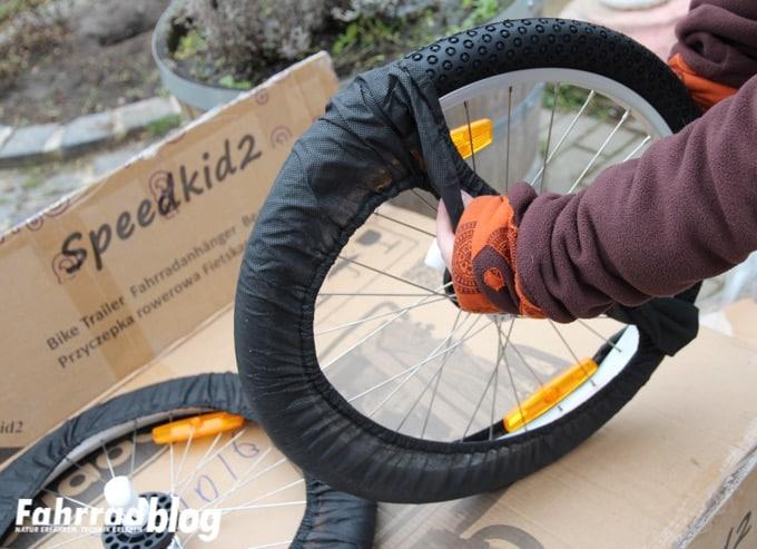 Reifen für Qeridoo Anhänger auspacken