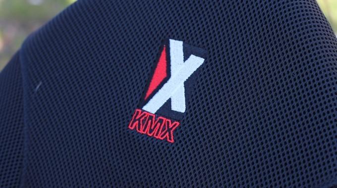 Sitz mit KMX Karts Logo
