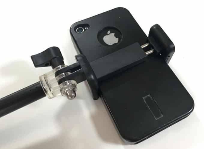iPhone im Selfie Stick eingespannt